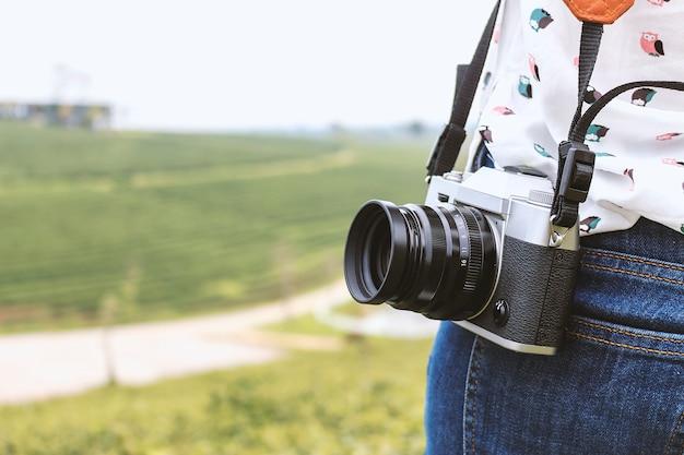 Donna che tiene con macchina fotografica d'epoca di fotografia Foto Premium
