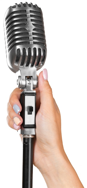 Donna che tiene grande microfono retrò per cantare Foto Premium
