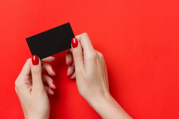 Donna che tiene il modello di biglietto da visita nero Foto Premium
