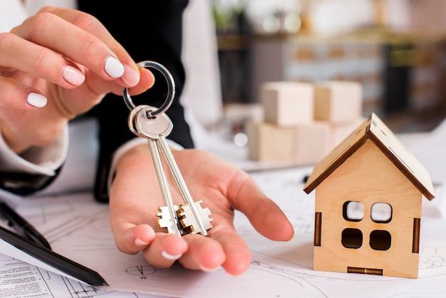 Donna che tiene un set di chiavi Foto Gratuite