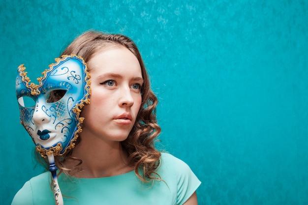 Donna che tiene una maschera brasiliana di carnevale Foto Gratuite