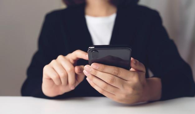 Donna che usando smartphone. il concetto di utilizzo del telefono è essenziale nella vita di tutti i giorni. Foto Premium