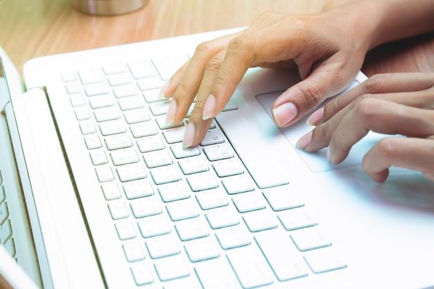 Donna che utilizza computer portatile. lavorare a casa. libero professionista. e-business o marketing Foto Premium