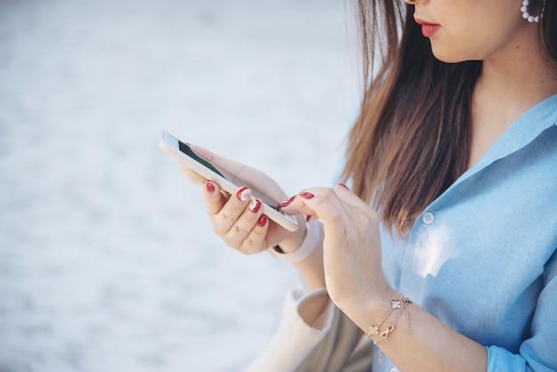 Donna che utilizza il telefono cellulare Foto Gratuite
