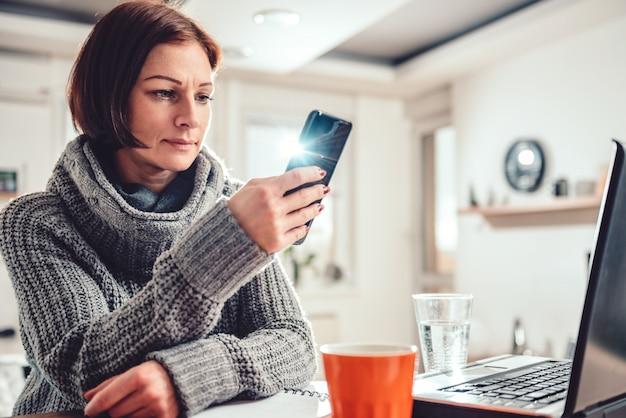 Donna che utilizza smart phone nell'ufficio Foto Premium