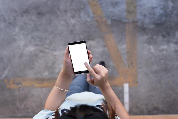 Donna che utilizza tablet mockup per il proprio contenuto a casa schermo vuoto vuoto Foto Premium