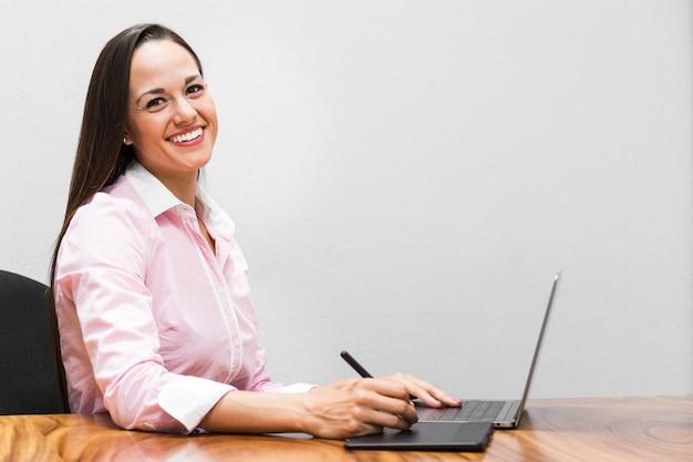 Donna che utilizza una tavoletta grafica Foto Gratuite