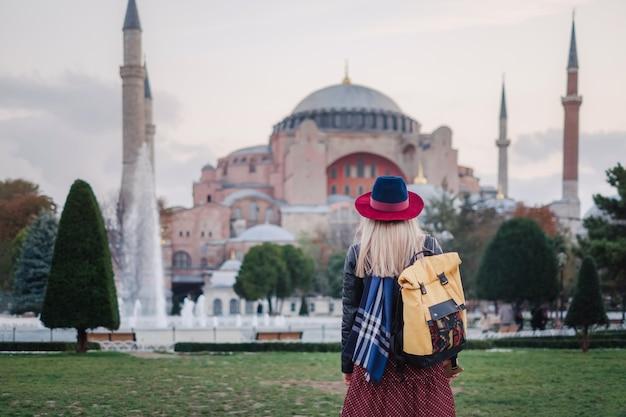 Donna che viaggia a istanbul vicino alla moschea di aya sofia, turchia Foto Premium