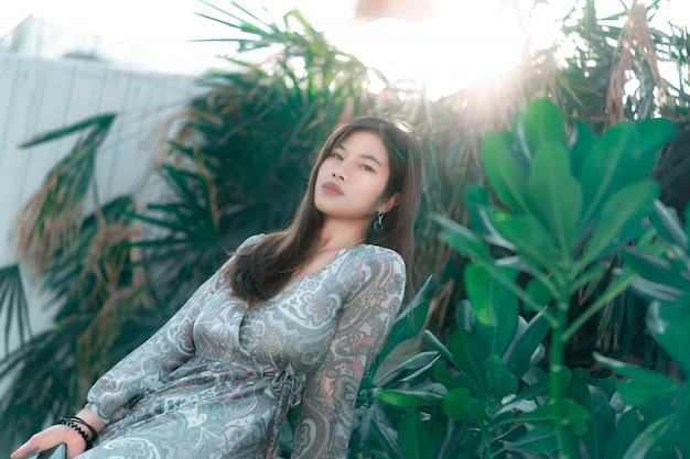 Donna cinese con la pelle di bellezza in un giardino verde Foto Premium