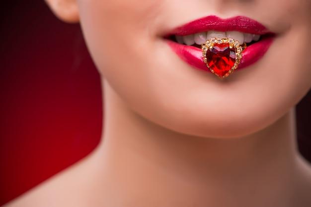 Donna con anello piacevole nel concetto di bellezza Foto Premium