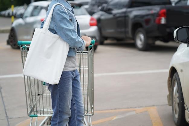 Donna con borsa in tessuto per fare shopping al grande magazzino Foto Premium