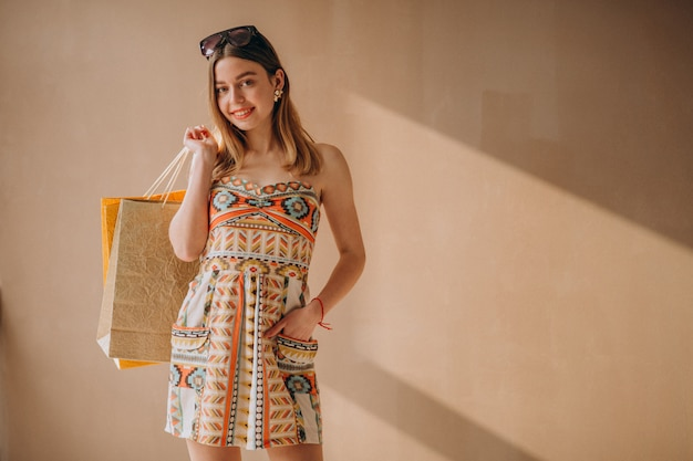 Donna con borse della spesa isolato Foto Gratuite