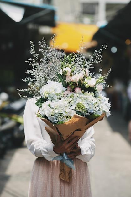 Donna con bouquet Foto Gratuite