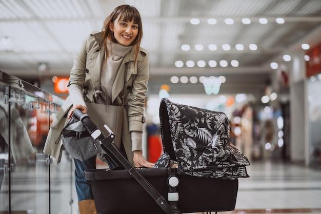 Donna con carrozzina nel centro commerciale Foto Gratuite