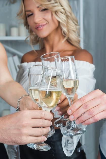 Donna con clanging bicchiere di champagne Foto Gratuite