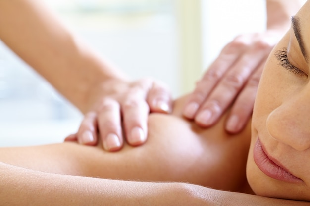 Donna con gli occhi chiusi godendo il massaggio Foto Gratuite