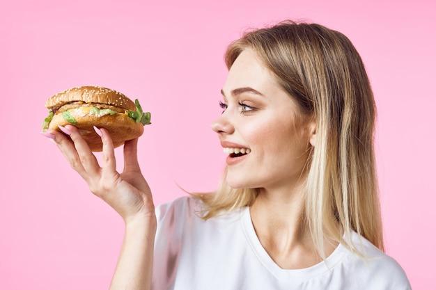 Donna con hamburger in mano Foto Premium