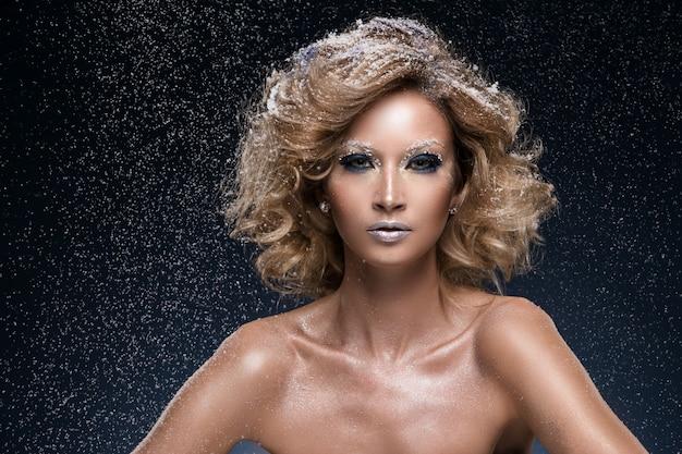 Donna con i capelli ricci e tema invernale Foto Gratuite