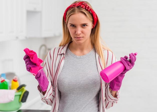 Donna con i guanti che fanno i lavori domestici Foto Gratuite