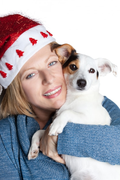 Donna con il cappello di natale che abbraccia la sua presa russell Foto Premium