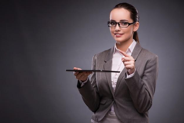 Donna con il computer della compressa nel concetto di affari Foto Premium