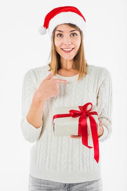 Donna con il dito puntato scatola regalo a se stessa Foto Gratuite
