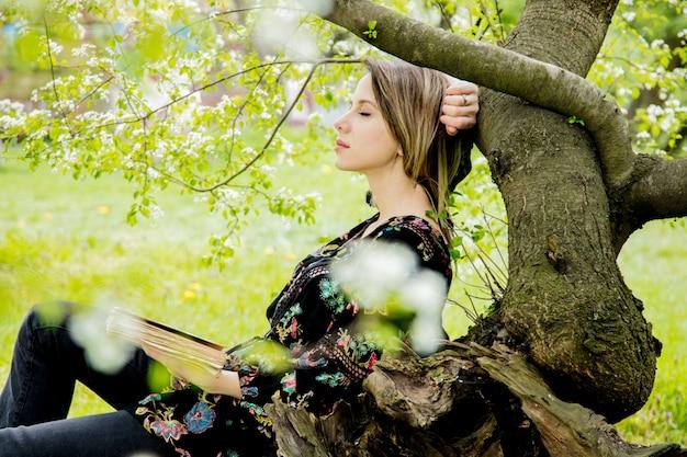 Donna con il libro nel parco di primavera. Foto Premium