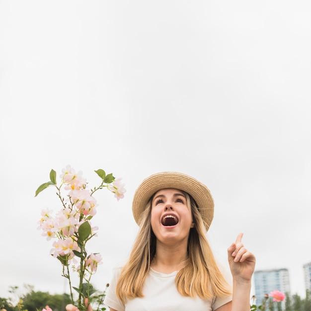 Donna con il mazzo di fiori che indica il dito su Foto Gratuite
