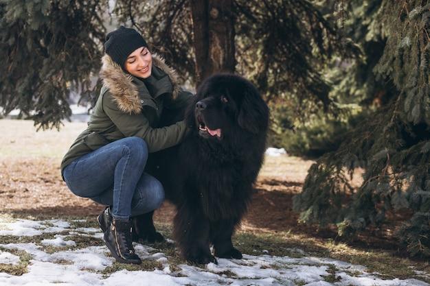 Donna con il suo cane che cammina nel parco Foto Gratuite