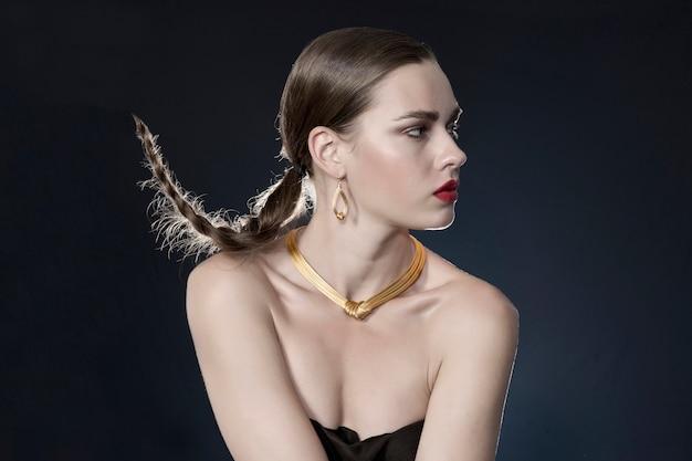 Donna con la collana d'oro Foto Gratuite