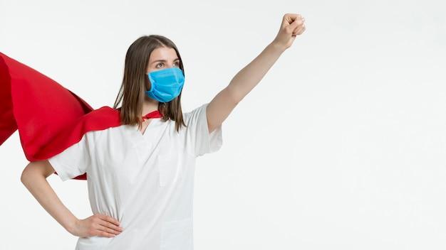Donna con la posa della maschera Foto Gratuite