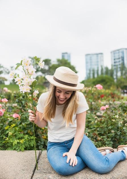 Donna con la risata del mazzo dei fiori Foto Gratuite