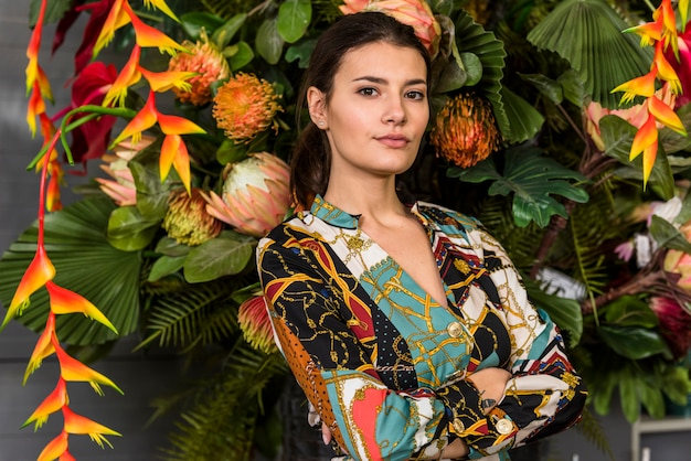 Donna con le braccia incrociate in piedi in casa verde Foto Gratuite
