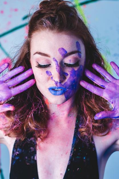 Donna con le mani dipinte Foto Gratuite