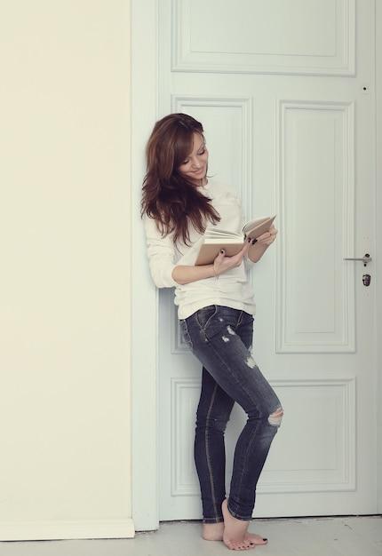 Donna con libro Foto Gratuite