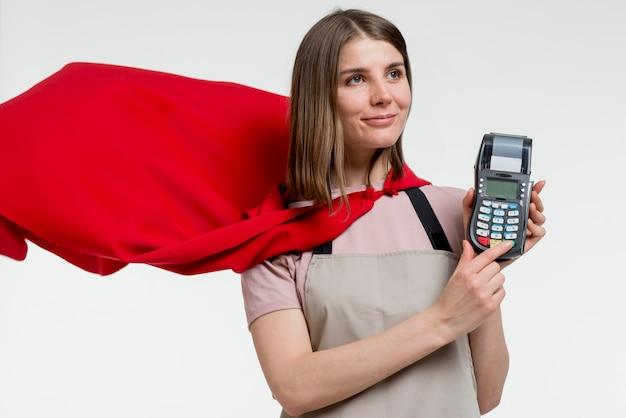 Donna con mantello che tiene pos Foto Gratuite