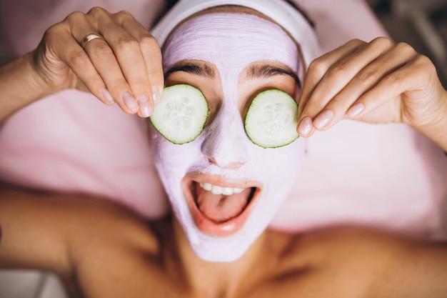 Donna con maschera e cetriolo sui suoi occhi Foto Gratuite