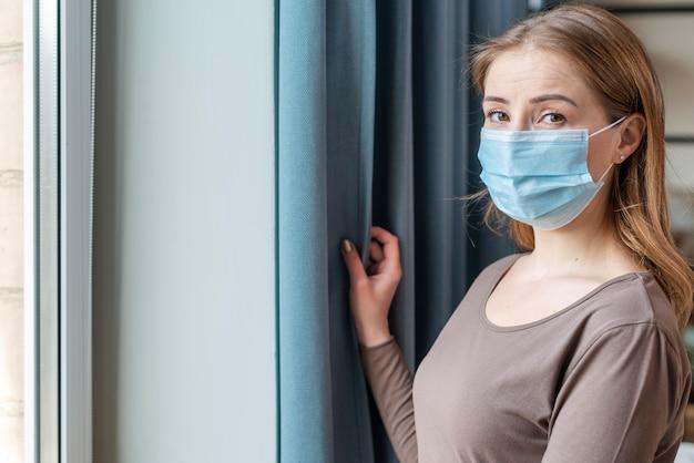 Donna con maschera in quarantena tiro medio Foto Gratuite