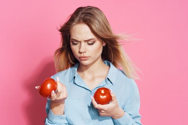 Donna con pomodori nelle mani Foto Premium