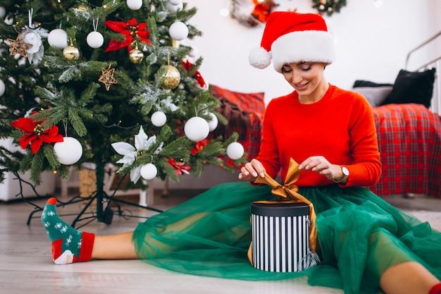 Donna con regali di albero di natale Foto Gratuite