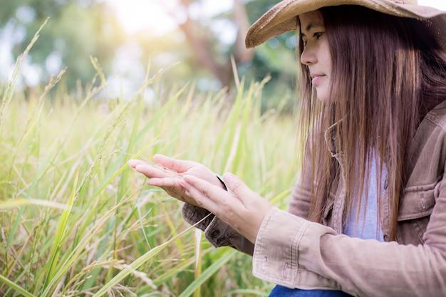 Donna con riso sul campo. Foto Premium