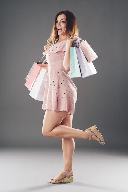 Donna con sacchi di carta Foto Gratuite