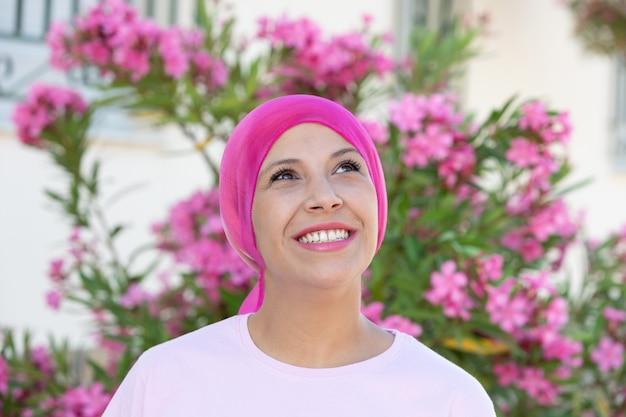 Donna con sciarpa rosa sulla testa Foto Premium