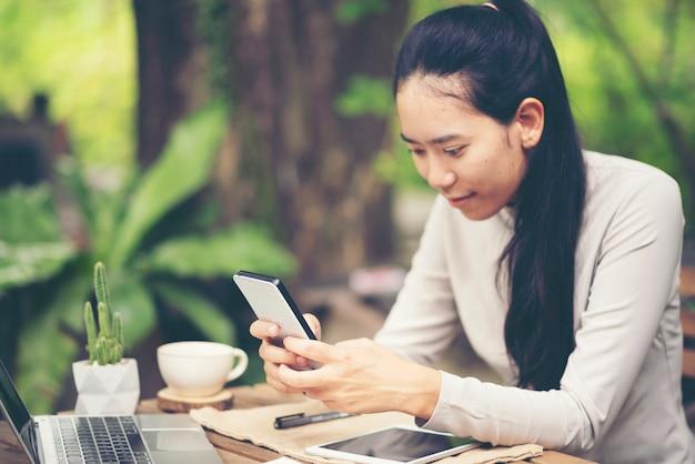 Donna con successo l'attività di esportazione o vendite online nel concetto di sme Foto Premium