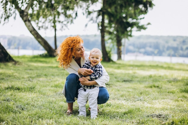 Donna con suo figlio divertendosi nel parco Foto Gratuite