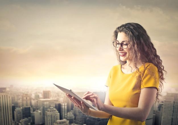 Donna con tavoletta Foto Premium