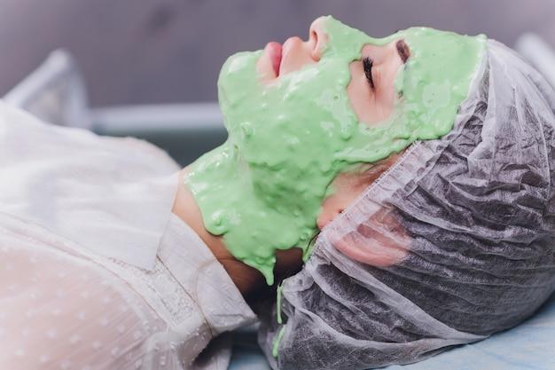 Donna con trattamento in crema alle alghe per la pelle Foto Premium