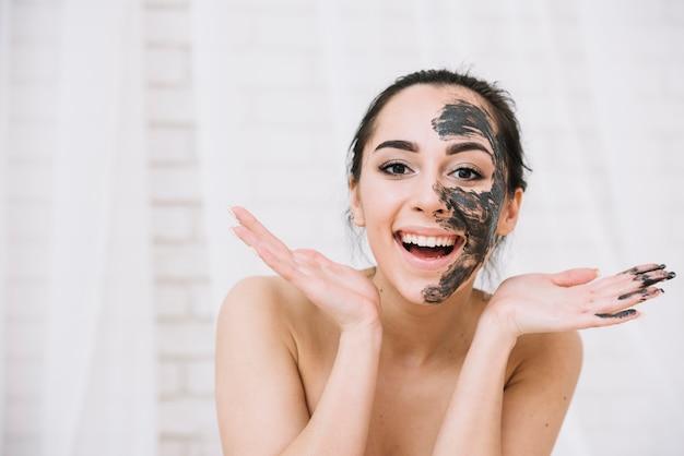Donna con un trattamento viso Foto Gratuite