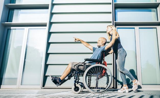 Donna con uomo disabile che appende intorno Foto Premium