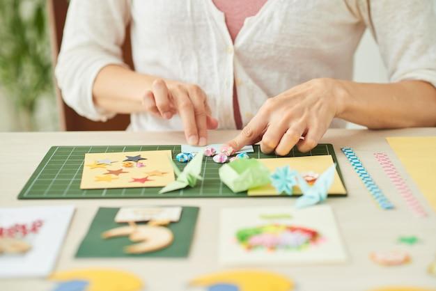 Donna creativa che fa le cartoline d'auguri Foto Gratuite